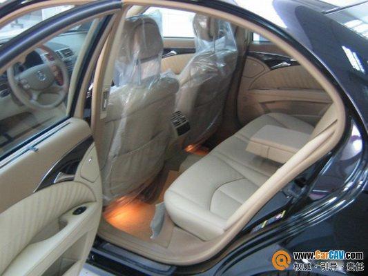 汽车简洁流畅的外形,豪华宽敞的车身以及全面周到的系统设计定会让您非常满意。新型奔驰E级汽车的装备包括CDI柴油发动机,可以提供惊人的349马力和-391,lb-ft转矩的动力。 所有奔驰E级的装备都包括5种速率的电子控制自动变速系统,并配有驾驶员可以调解的变速逻辑电路和可以选择的手动变速控制器,6速手动变速器,标准的车窗公文袋和最先进的电子援助系统。 标准装备还包括防盗报警系统,全皮座椅,用于紧急及快捷的取得联系的TeleAid自动呼叫系统,双层空气控制器,可向10个方向调节的前排座位,电动车篷,可缩叠的